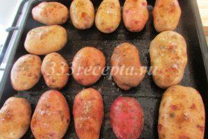 <p>Хорошенько моем картофель, смазываем поднос растительным маслом и выкладываем картофель на поднос.</p>