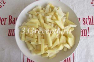 """<p><span style=""""color: #000000;""""><span style=""""font-size: medium;"""">Примерно через 15 минут капуста станет мягче, тогда добавляем нарезанный брусочками картофель.</span></span></p>"""