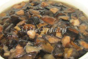<p>Из свежих грибов варим бульон не менее 1 часа с добавление соли.</p>