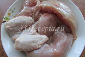 <p>Снимаем с курицы кожу и разделываем её на порционные куски.</p>