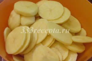 <p>Картофель режем кружочками.</p>