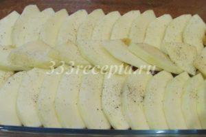 <p>Выкладываем на дно смазанной растительным маслом формы кабачок.</p>