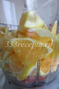 """<p><span style=""""color: #000000;""""><span style=""""font-size: medium;"""">Отставляем тесто в сторону на 20 минут и готовим начинку: апельсины очищаем от кожуры, режем на небольшие кусочки, кладем в блендер.</span></span></p>"""
