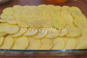 <p>На кабачок выкладываем картофель.</p>