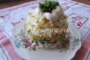 <p>Выкладываем салат слоями или просто смешиваем все ингредиенты, кому как больше нравится!</p>