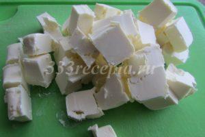 <p>Охлажденное сливочное масло нарезаем кубиками.</p>