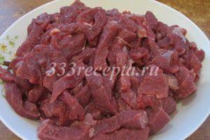 <p>Говядину нарезаем брусочками поперек волокон, тогда мясо получится мягче.</p>