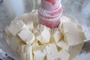 <p>В кухонный комбайн просеиваем муку, добавляем сахар, соль и сливочное масло. Количество соли и сахара варьируется в зависимости от того, какое тесто нам нужно сладкое или солоноватое.</p>