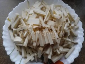<p>Копченый колбасный сыр режем брусочками.</p>