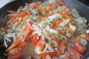 <p>Сердца тушим с добавлением небольшого количества водички 50 минут, затем добавляем подготовленные овощи и тушим еще 30 минут.</p>