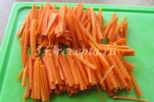 <p>Морковь нарезаем соломкой.</p>