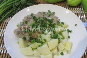 <p>Когда мясо готово, можно добавить мелко порубленный укроп.</p>