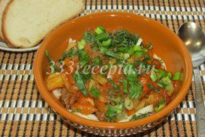 <p>Готовую лапшу подогреваем, опустив её на несколько минут в кипяток, выкладываем её на дно тарелки, а сверху выкладываем говядину с овощами и бульоном. Посыпаем блюдо свежей зеленью.</p>