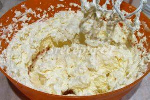 <p>Во взбитое масло начинаем добавлять остывшую яичную массу: добавляем по 1 столовой ложке и постоянно взбиваем. Теперь мы имеем классический крем «Шарлотт».</p>