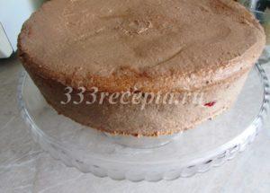 <p>Накрываем сверху вторым коржом и полностью обмазываем кремом весь торт.</p>