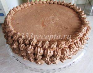 <p>С помощью кондитерского шприца или мешка делаем кремом украшения по бокам торта и убираем его в холодильник на час.</p>