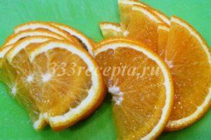 <p>Пока желатин набухает, начинаем готовить цветы. Апельсин разрезаем вдоль пополам и нарезаем тоненькими дольками.</p>
