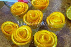 <p>После того как смесь для желе поостыла, с помощью силиконовой кисточки покрываем наши апельсиновые розочки желе и убираем их в холодильник.</p>