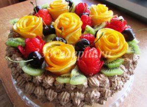 <p>Желе на фруктах застывает через 15-30 минут и мы украшаем верх торта нашими заготовками.</p>