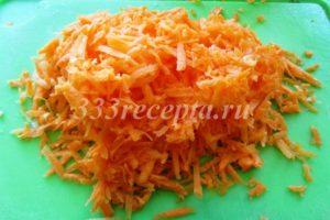 <p>Морковь натираем на крупной тёрке.</p>