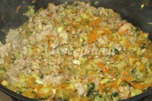 <p>Фарш обжариваем вместе с овощами 10 минут, затем добавляем зелень, специи, солим, перчим.</p>