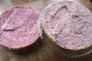 <p>Остывший бисквит разрезаем вдоль пополам и каждую половинку пропитываем ягодным сиропом.</p>