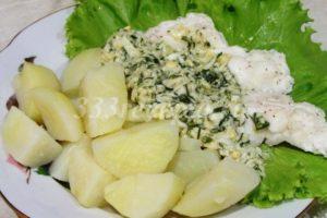 <p>Выкладываем припущенную рыбу на тарелку, а сверху поливаем соусом.</p>