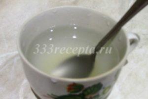 <p>Пока корж остывает, приступаем к приготовлению суфле. Агар-агар заливаем водой и оставляем на 30 минут.</p>