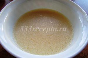 <p>Смешиваем яйцо, растительное масло, яблочный уксус, соль и воду.</p>