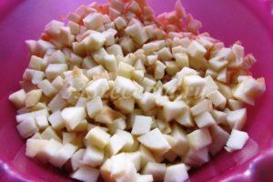 <p>Яблоки очищаем, нарезаем кубиками и добавляем лимонный сок, чтобы яблоки не темнели.</p>