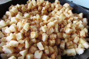 <p>Затем добавляем сахарный песок, растапливаем его до половины и добавляем яблоки. Тушим на медленном огне под крышкой 10-15 минут.</p>