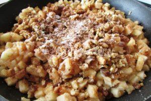 <p>В остывшую (тёплую) начинку добавляем орехи, корицу и ваниль, хорошо перемешиваем.</p>