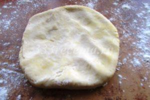 <p>Через час достаём тесто из холодильника, каждый кусочек разминаем в лепёшку.</p>