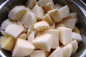 <p>Пока утка тушится, нарезаем картофель небольшими кусочками.</p>