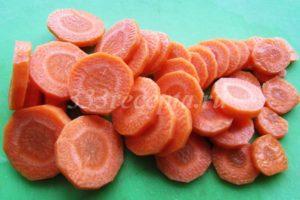 <p>Морковь нарезаем кружочками.</p>