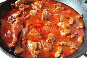 <p>Через 30 минут к утке добавляем томатную пасту и воду и тушим ещё 20 минут.</p>