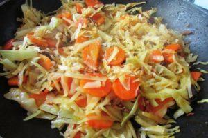 <p>Обжариваем капусту с морковью и специями до полуготовности.</p>