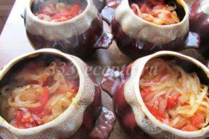 <p>И закладываем обжаренный с помидорами лук в горшочки.</p>