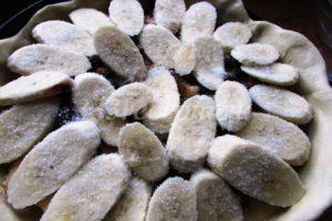 <p>Бананы очищаем и нарезаем колечками. Выкладываем бананы в форму и посыпаем сахарным песком.</p>