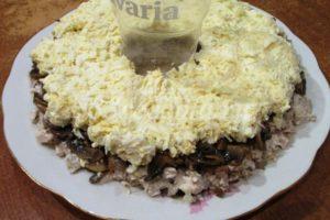 <p>Смешиваем яйца с майонезом и выкладываем третьим слоем на грибы.</p>