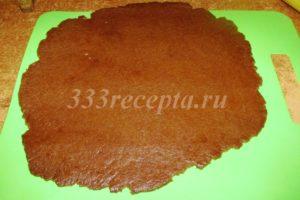 <p>Отлежавшееся тесто порциями раскатываем до толщины примерно 3-5 мм.</p>
