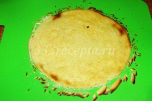 <p>Сразу снимаем корж с бумаги, даём остыть и обрезаем неровные края по форме, можно по тарелке или крышке подходящего диаметра.</p>