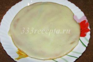 <p>Теперь начинаем собирать торт: на тарелку выкладываем первый корж и смазываем его кремом.</p>