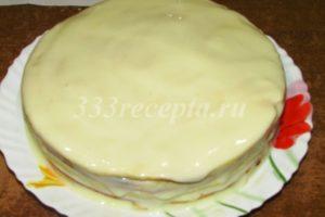 <p>Чередуя коржи с кремом собираем торт, который сверху и по бокам так же обмазываем кремом.</p>