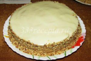 <p>Бока торта посыпаем подготовленными крошками.</p>