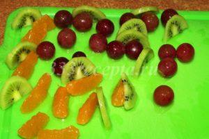 <p>С помощью кисточки покрываем желе почищенные и порезанные фрукты.</p>