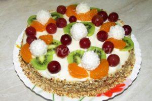 <p>Украшаем торт фруктами и конфетами.</p>