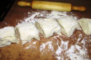 <p>Когда тесто подошло, делим его на 5 равных частей.</p>