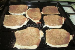 <p>Свинину нарезаем на порционные куски, отбиваем, выкладываем на смазанный растительным маслом противень, солим и перчим.</p>