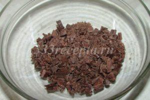<p>Готовим простую шоколадную глазурь: измельчаем 50 г шоколада.</p>